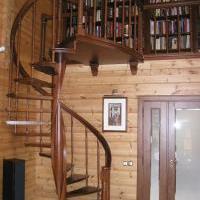 Лестница на цельном переклеенным из 2-х мм шпона столбе.